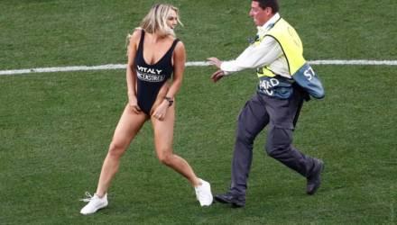 На 18-й минуте финала Лиги чемпионов на поле выбежала полуголая женщина. Кто она?
