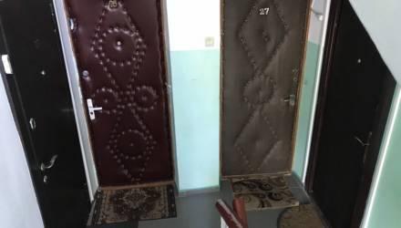 «Мне запрещён выезд из Беларуси, потому что не хочу менять дверь, которая открывается наружу!»