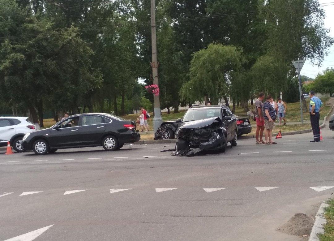 В Гомеле Audi впечатало в столб после столкновения трёх авто