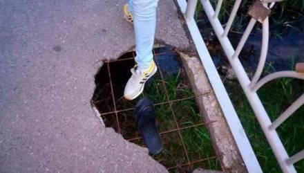 «И по такому мосту ходят люди»: в Гомеле на мосту появилась огромная дыра