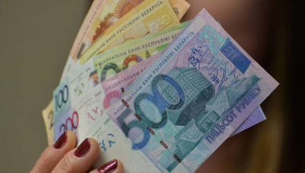 Белстат сообщил, что в июне средняя зарплата белорусов выросла до 1080 рублей