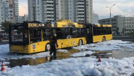 """На диспетчерской станции """"Кунцевщина"""" открытым пламенем горел автобус. Комментарий водителя парка"""