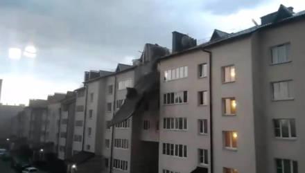"""""""Твою ж мать!"""" В Гомеле крыша дома от ветра рухнула во двор, где только что играли дети – видео"""