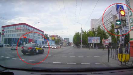 В Гомеле очередной таксист проехал перекрёсток на красный. Пользователи гадают: забыл ПДД или просто торопыга?