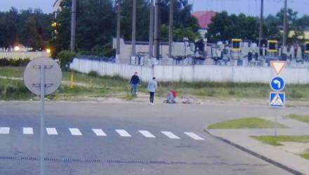Просто так. В Мозыре двое парней с разбега повалили незнакомого молодого человека на землю и принялись избивать