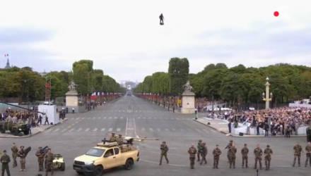 """Изобретатель показал полёт """"солдата будущего"""" на параде в Париже"""