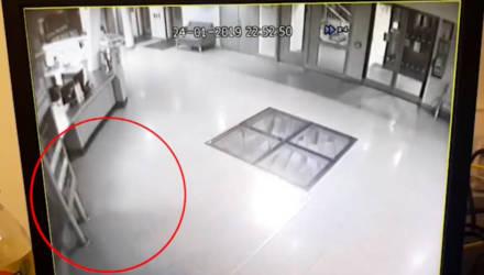 Камеры в больнице сняли, как двери открылись сами, пропуская загадочный силуэт