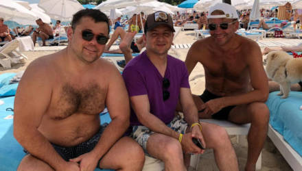 Фотофакт. Зеленский в компании главы Офиса президента отдыхает на пляже в Одессе