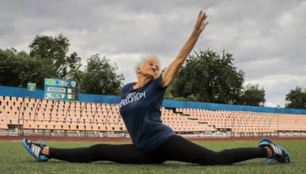 Как тренируется 79-летняя жительница Жлобина, гибкости которой можно позавидовать