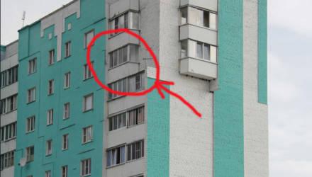 Искал в шкафу для одежды, а она выпала из окна. В Добруше 20-летняя девушка выпрыгнула с балкона 8 этажа, упала на траву и осталась жива