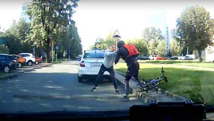 Неадекватный водитель-белорус набросился на велосипедиста прямо на проезжей части – видео