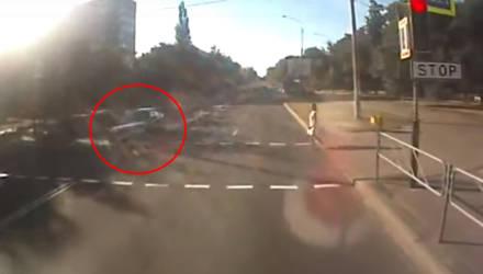 В Гомеле спешащий таксист едва не сбил ребёнка с мамой на переходе (видео)