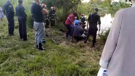 Автомобиль в Гомеле вылетел с дороги, врезался в дерево и едва не утонул в карьере – видео