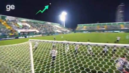 """""""Мистический"""" полёт мяча во время футбольного матча шокировал зрителей"""