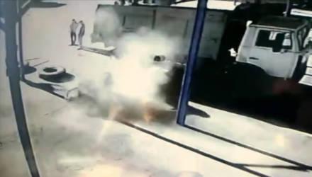 Видеофакт: взрыв колеса грузовика раскидал людей в разные стороны на Брестчине