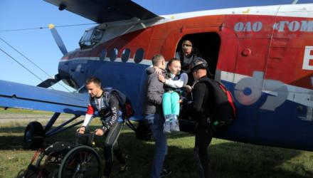 Гомельские инвалиды-спинальники прыгнули с парашютом