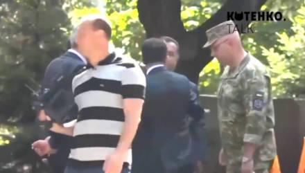 Зеленский резко оттолкнул министра обороны Украины — видео