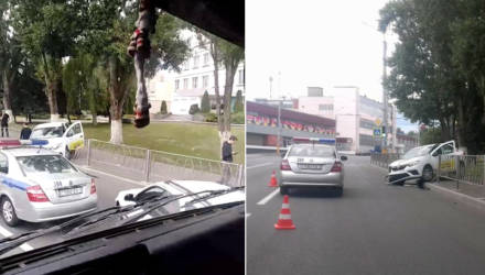Фотофакт: в Гомеле такси протаранило забор и вылетело на тротуар