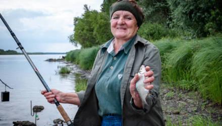 Ни дня без удочки. Репортаж о том, как на самом краю Беларуси в Гомельской области живёт и ловит рыбу 70-летняя Катя