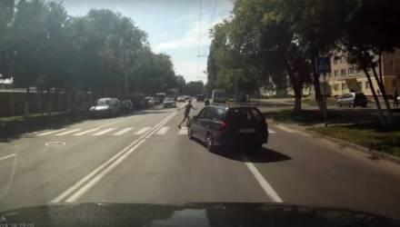Гомельская ГАИ нашла девушку-водителя, которая едва не сбила детей на пешеходном переходе