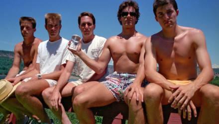 Друзья собираются каждые пять лет, чтобы повторить фото, сделанное в 1982 году