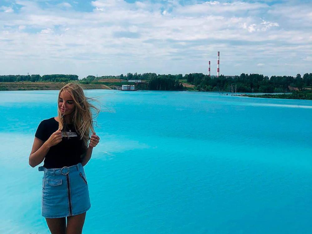 Новосибирские Мальдивы: Инстаграм-блогеры заполонили берег озера с ярко-голубой водой. Туда сливает отходы ТЭЦ