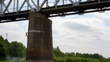 Гомельская прокуратура нашла и наказала парней, которые облюбовали место для скалолазанья под мостом над Сожем