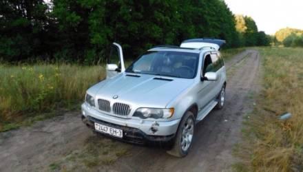В Мозырском районе пьяный водитель решил прокатить девушку на капоте BMW X5. Она попала под колёса и погибла
