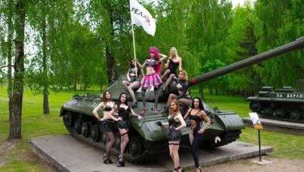 Стриптизерши из Гродно сделали фото на местном Кургане Славы