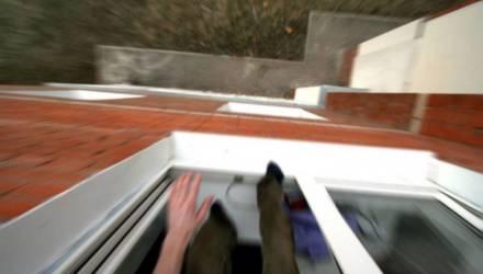 В Речице 13-летняя девушка-подросток из-за мальчика выпрыгнула из окна, упала на асфальт, но осталась жива