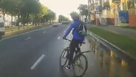 Видеофакт. Велосипедист выскочил на дорогу прямо перед городским автобусом в Гомеле