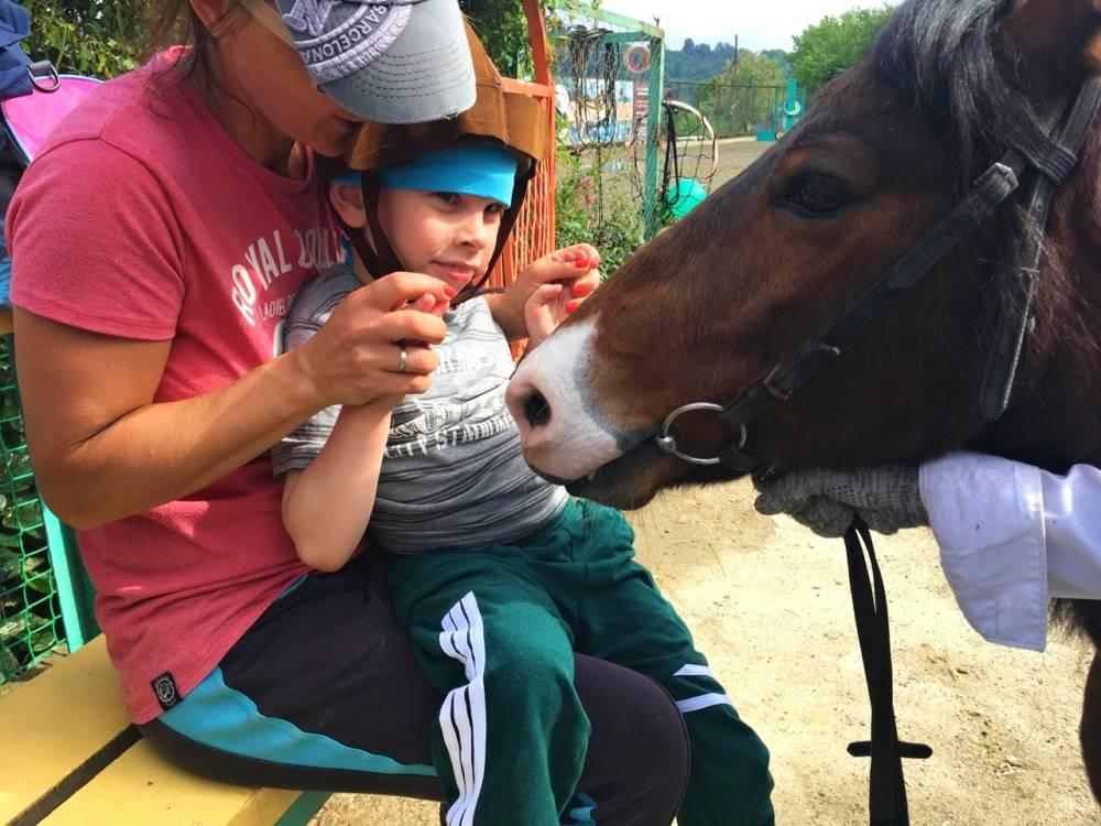 Чтобы начать ходить, 6-летний мальчик из Жлобина полтора месяца провел в гипсе. Теперь нужен тренажёр