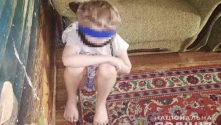 Многодетная мать держала 8-летнего мальчика на цепи: завязала ребёнку глаза и обмотала скотчем