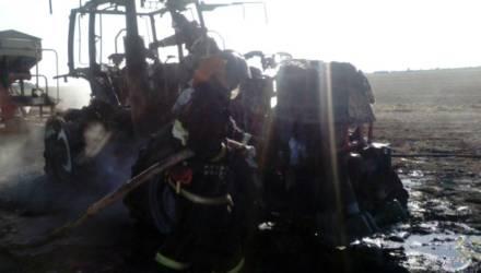 Под Гомелем спасатели тушили загоревшийся в поле трактор