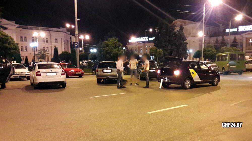 В Гомеле агрессивный пешеход пнул автомобиль-такси, а на Сельмаше избили мужчину