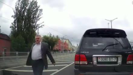 Водитель-белорус сам создал девушке аварийную ситуацию, а затем подрезал и пообещал переломать пальцы
