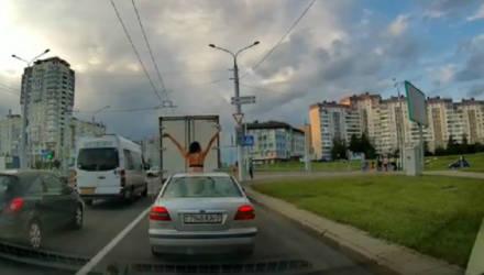 В Беларуси девушка в нижнем белье танцевала, высунувшись из люка – видео