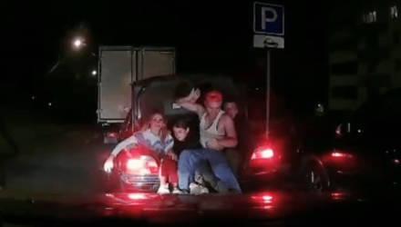 В Минске задержали «веселую» BMW, в которой уместилось аж 12 человек