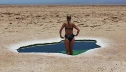 В Эфиопии девушка плавала в природном бассейне посреди пустыни. Как такое возможно?