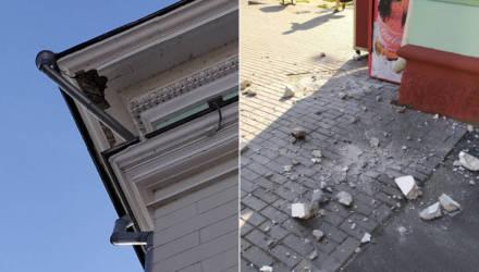 Из-под крыши «сталинки» на проспекте Ленина в Гомеле прямо на тротуар рухнула штукатурка