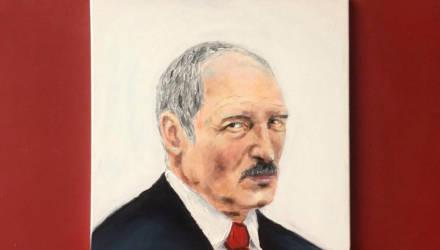 Белорусская студентка, которая пишет картины грудью, нарисовала портрет Лукашенко