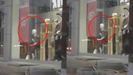 Очевидец снял жуткое видео, как манекен внезапно повернул голову прямо на него