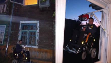 Мозырский инвалид-колясочник отказывается менять жилье в бараке на благоустроенное и выходит на улицу через окно. Почему?