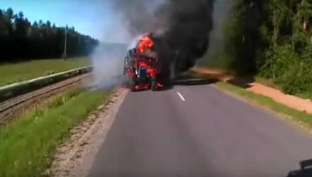 В Мозырском районе сгорел трактор с 11 тюками соломы. Посмотрите, что может сделать пламя за считанные минуты