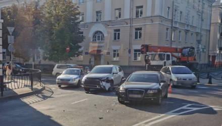 Фотофакт: в Гомеле на кольце по улице Кирова не разъехались две иномарки