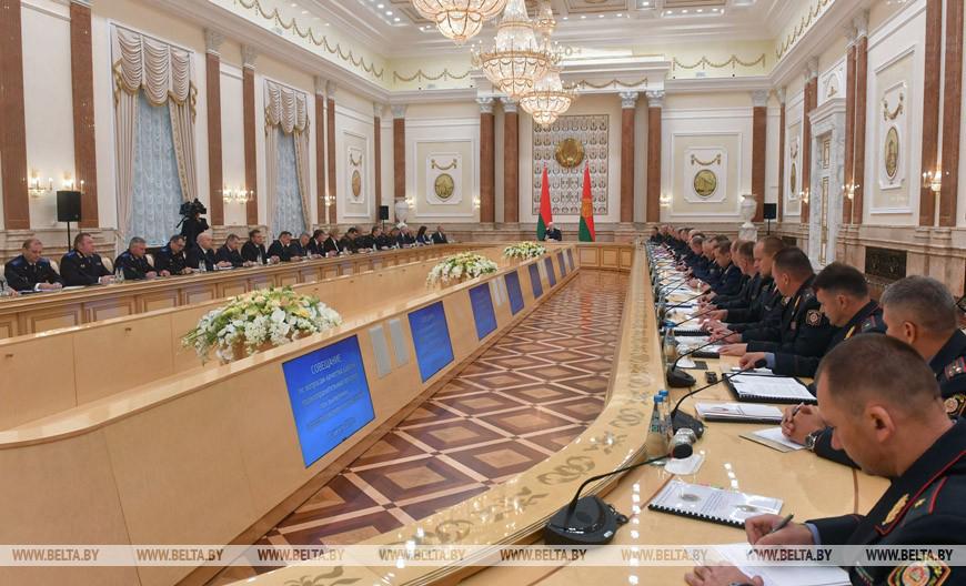 Лукашенко недоволен работой правоохранительных органов. «Некоторые в погонах прибурели и оборзели - эти люди должны быть изъяты из нашего общества» - заявил он на совещании