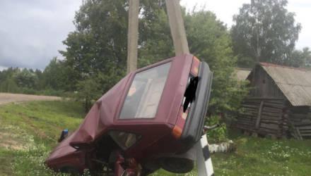 В Речицком районе водитель «москвича» врезался в колонку, затем в опору ЛЭП — и выпал из машины
