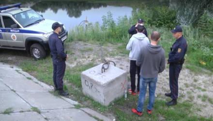 В Гомеле двое парней укрылись под мостом, чтобы поговорить за жизнь и выпить водки – приехала милиция