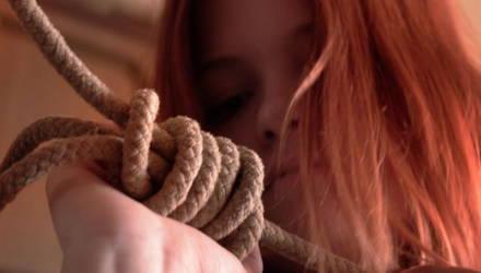 На Гомельщине мужчина приревновал свою бывшую к другому, накинул ей петлю на шею и потащил к дереву