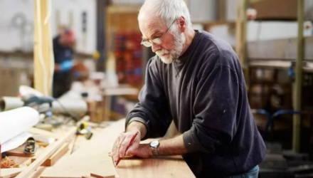 «Либо ранняя пенсия, либо работа на прежнем месте». Как платят пенсии работающим пенсионерам